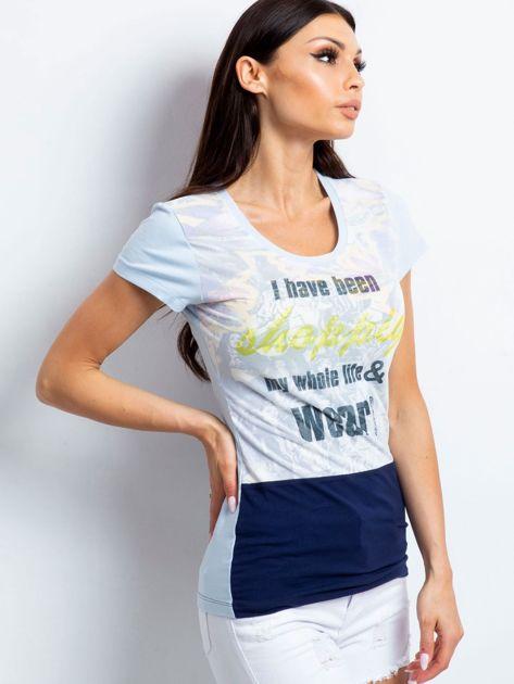 Jasnoniebieski t-shirt z tekstowym nadrukiem