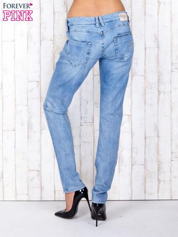 Jasnoniebieskie denimowe spodnie z haftowanymi elementami                                  zdj.                                  3