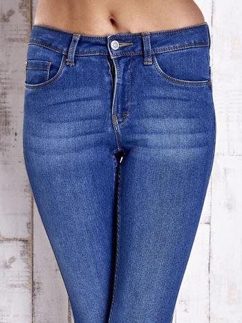 Jasnoniebieskie dopasowane spodnie jeansowe                                   zdj.                                  4
