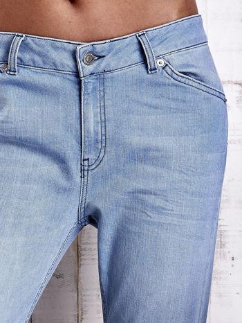 Jasnoniebieskie jeansowe spodnie z guzikami na nogawkach                                  zdj.                                  4