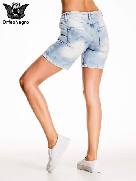 Jasnoniebieskie jeansowe szorty z dłuższą nogawką                                  zdj.                                  4