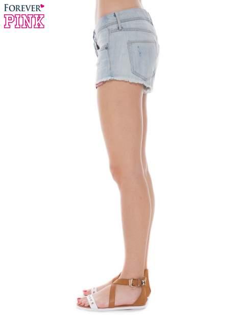 Jasnoniebieskie jeansowe szorty z wystającymi kieszeniami                                  zdj.                                  3