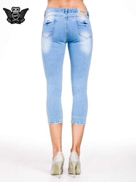 Jasnoniebieskie jeansy 3/4 skinny jeans z dziurą na kolanie                                  zdj.                                  5
