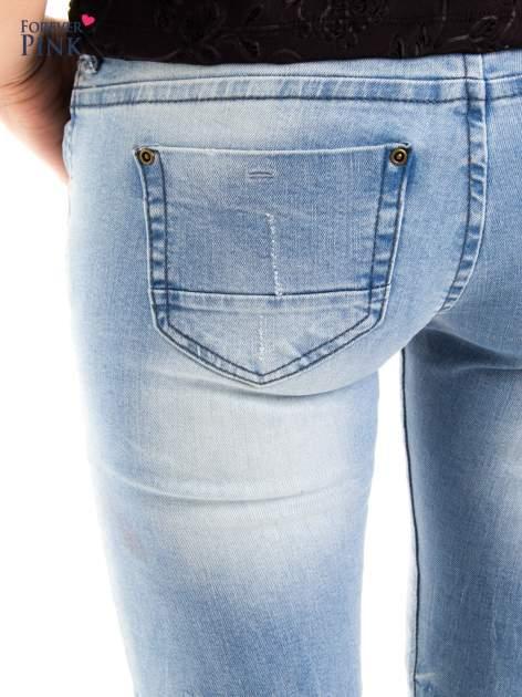 Jasnoniebieskie jeansy biodrówki na dwa guziki                                  zdj.                                  4
