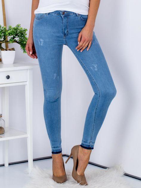 Jasnoniebieskie jeansy skinny z surowym wykończeniem                               zdj.                              1