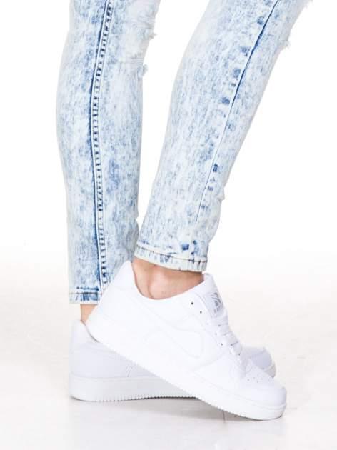 Jasnoniebieskie marmurkowe spodnie jeansowe rurki z dziurami i przetarciami                                  zdj.                                  7