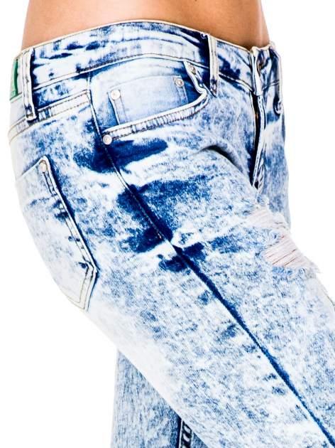 Jasnoniebieskie marmurkowe spodnie jeansowe rurki z dziurami i przetarciami                                  zdj.                                  8