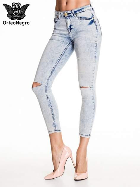Jasnoniebieskie marmurkowe spodnie skinny jeans z rozdarciami na kolanach                                  zdj.                                  1