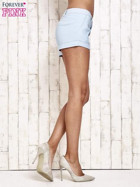 Jasnoniebieskie materiałowe szorty z podwijaną nogawką                                  zdj.                                  5