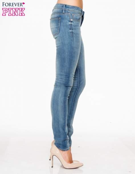 Jasnoniebieskie rozjaśniane spodnie jeansowe rurki                                   zdj.                                  3