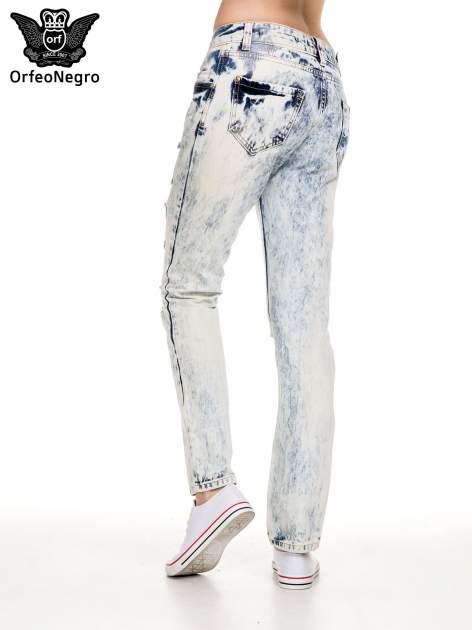 Jasnoniebieskie rozjaśniane spodnie jeansowe z przetarciami                                  zdj.                                  4