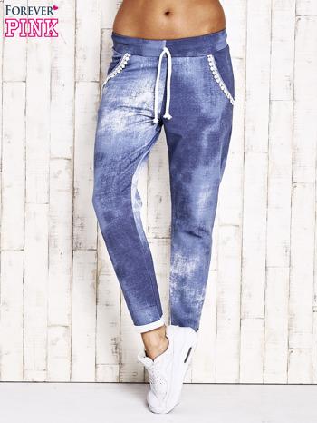 Jasnoniebieskie spodnie dresowe z koronkowym wykończeniem                              zdj.                              1