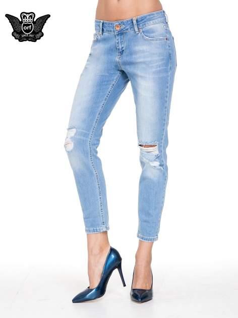 Jasnoniebieskie spodnie jeansowe o prostej nogawce z rozdarciami
