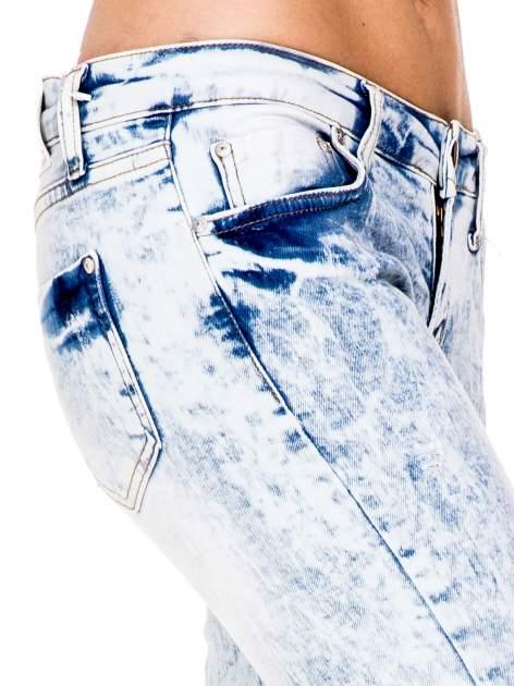 Jasnoniebieskie spodnie jeansowe rurki z dziurami na kolanach                                  zdj.                                  6