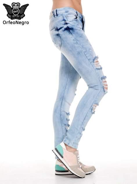Jasnoniebieskie spodnie jeansowe rurki z rozdarciami i przetarciami                                  zdj.                                  3