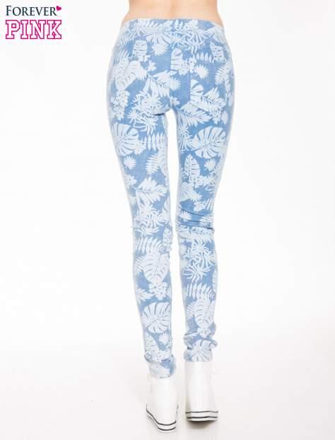 Jasnoniebieskie spodnie jeansowe typu jegginsy w kwiaty                                  zdj.                                  4