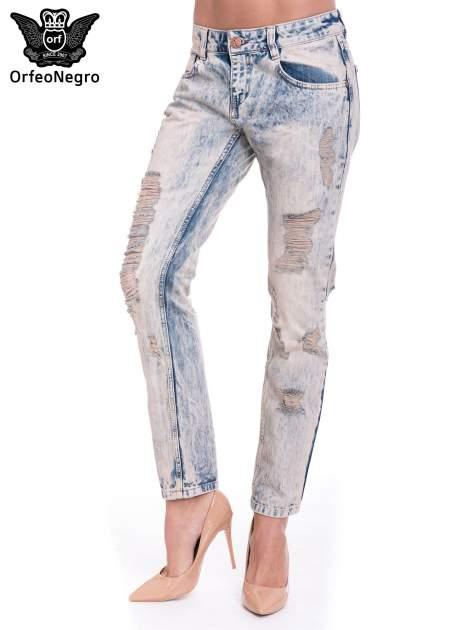Jasnoniebieskie spodnie jeansowe z przetarciami na nogawkach                                  zdj.                                  1
