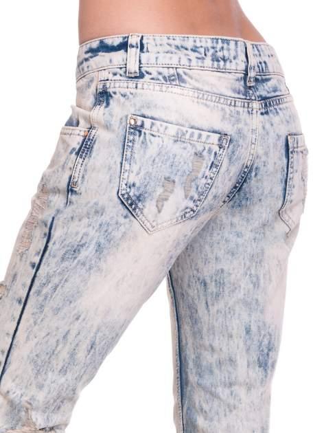 Jasnoniebieskie spodnie jeansowe z przetarciami na nogawkach                                  zdj.                                  7