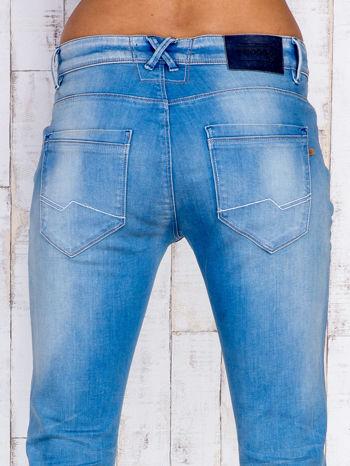 Jasnoniebieskie spodnie jeansowe z wysokim stanem                                  zdj.                                  4