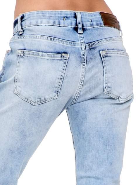 Jasnoniebieskie spodnie jeasnowe o prostej nogawce z rocięciem na kolanie                                  zdj.                                  6