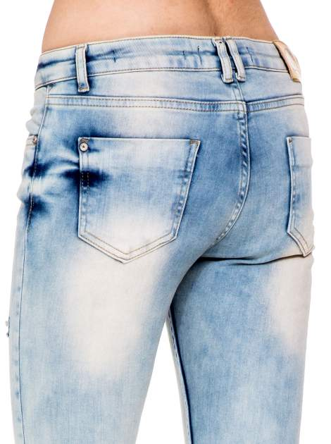 Jasnoniebieskie spodnie skinny jeans z przetarciami                                  zdj.                                  7