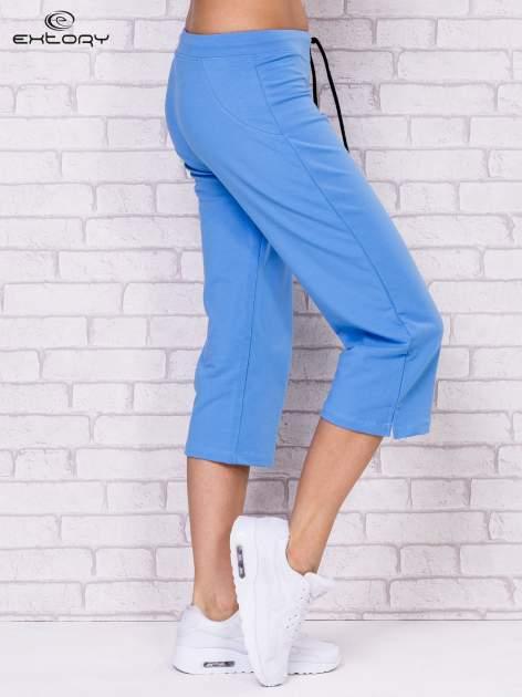 Jasnoniebieskie spodnie sportowe capri                                  zdj.                                  3