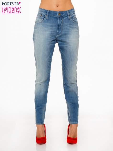 Jasnoniebieskie spodnie typu boyfriend jeans z rozjaśnianą nogawką                                  zdj.                                  1