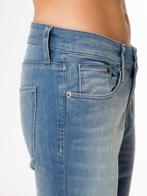 Jasnoniebieskie spodnie typu boyfriend jeans z rozjaśnianą nogawką                                  zdj.                                  6