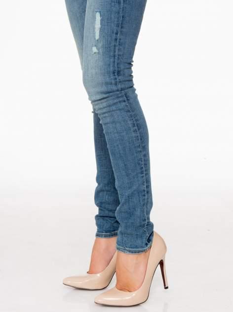 Jasnoniebieskie spodnie typu skinny jeans z przetarciami                                  zdj.                                  8