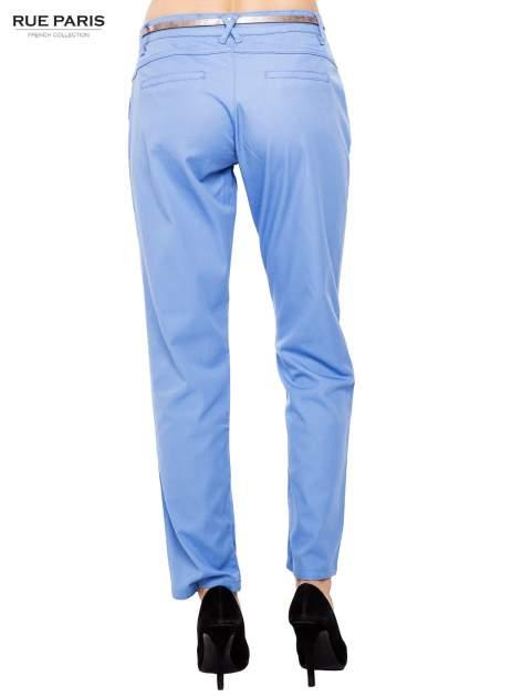 Jasnoniebieskie spodnie z paskiem z lakierowanej skóry                                  zdj.                                  4