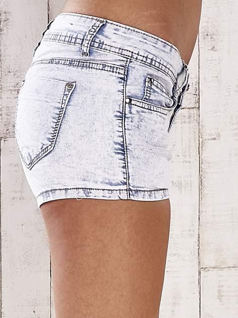 Jasnoniebieskie szorty jeansowe ze srebrnymi dżetami                                  zdj.                                  6