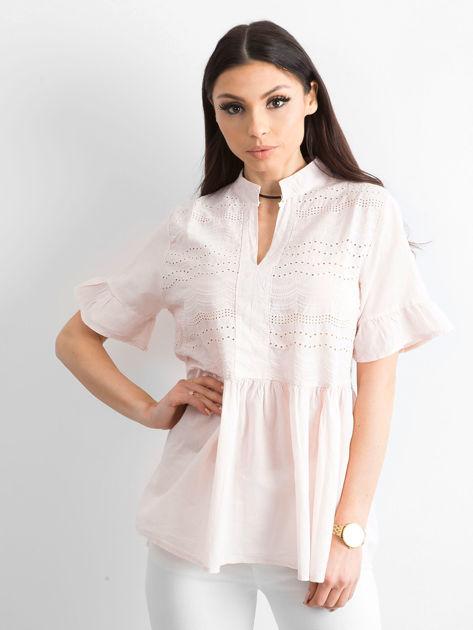 Jasnoróżowa ażurowa bluzka z falbanami na rękawach                              zdj.                              1