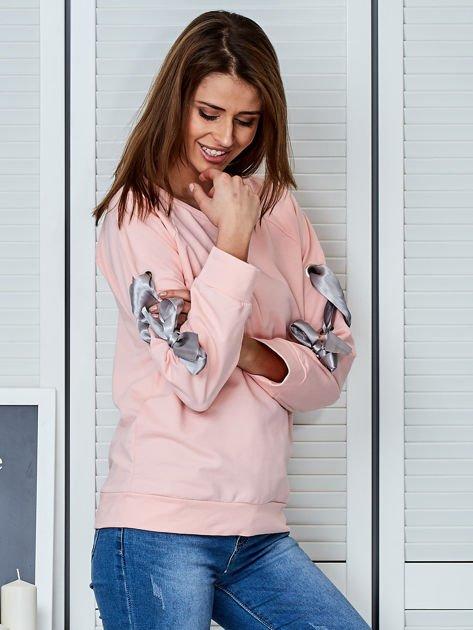 Jasnoróżowa bluza z kokardami na rękawach                              zdj.                              5