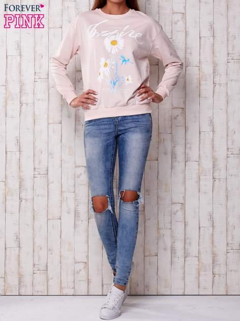 Jasnoróżowa bluza z nadrukiem kwiatowym i napisem                                  zdj.                                  2