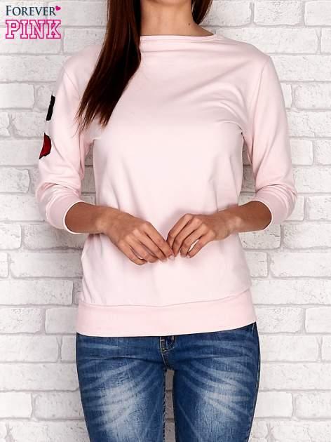 Jasnoróżowa bluza z naszywkami na rękawie