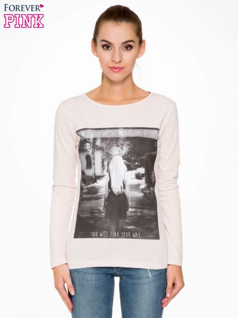 Jasnoróżowa bluzka z fotografią dziewczyny