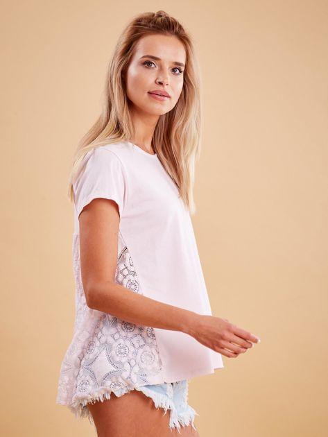 Jasnoróżowa bluzka z koronkową wstawką na plecach                              zdj.                              3