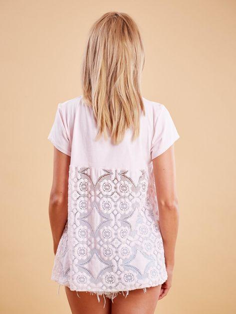 Jasnoróżowa bluzka z koronkową wstawką na plecach                              zdj.                              2