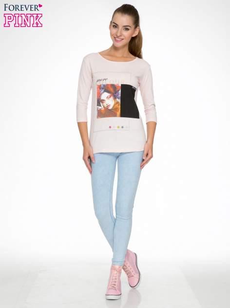 Jasnoróżowa bluzka z nadrukiem fashion i napisem MORE COLOUR                                  zdj.                                  2