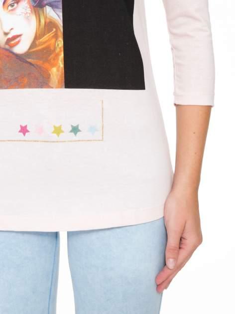 Jasnoróżowa bluzka z nadrukiem fashion i napisem MORE COLOUR                                  zdj.                                  7