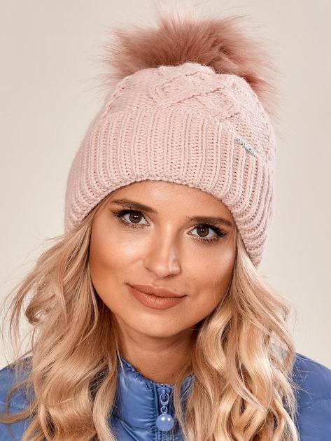 Jasnoróżowa czapka ze ściągaczem i pomponem