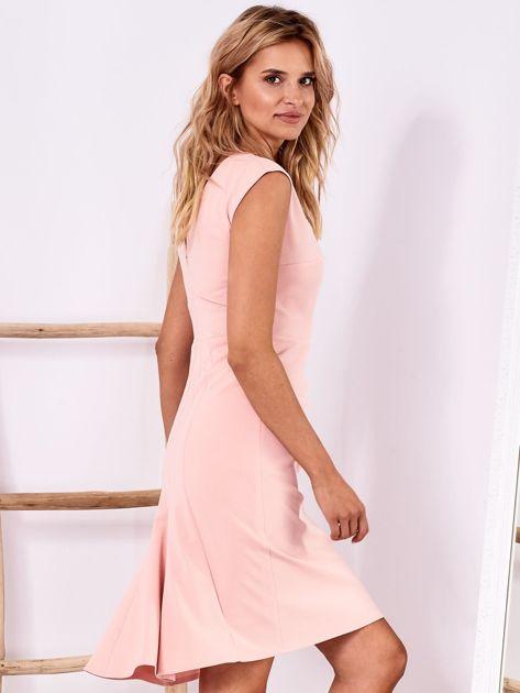 Jasnoróżowa dopasowana sukienka z drapowaniem                              zdj.                              3