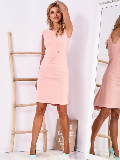 Jasnoróżowa dopasowana sukienka z drapowaniem                              zdj.                              4