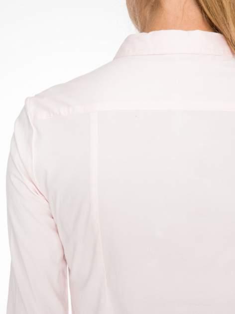 Jasnoróżowa elegancka koszula damska z krytą listwą                                  zdj.                                  8