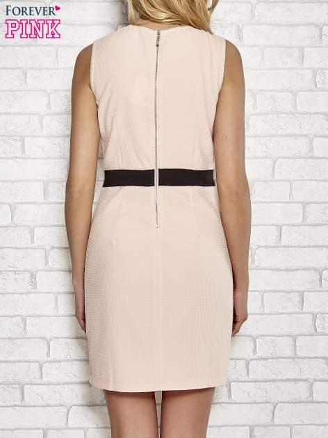 Jasnoróżowa fakturowana sukienka z podreśloną talią                                  zdj.                                  4