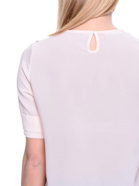 Jasnoróżowa koszula dwuwarstwowa z biżuteryjnym dekoltem                                  zdj.                                  5