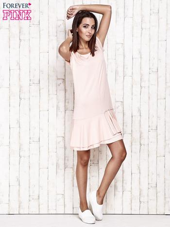 Jasnoróżowa sukienka dresowa z ozdobną falbaną                                  zdj.                                  2