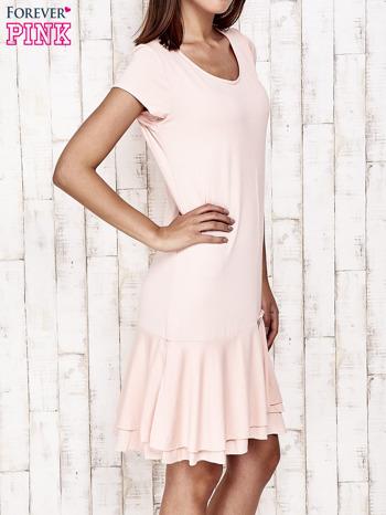 Jasnoróżowa sukienka dresowa z ozdobną falbaną                                  zdj.                                  3