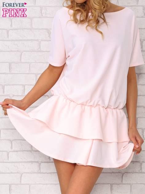 Jasnoróżowa sukienka dresowa z podwójną falbaną                                  zdj.                                  1
