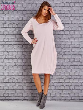 Jasnoróżowa sukienka oversize ze ściągaczem na dole                               zdj.                              2